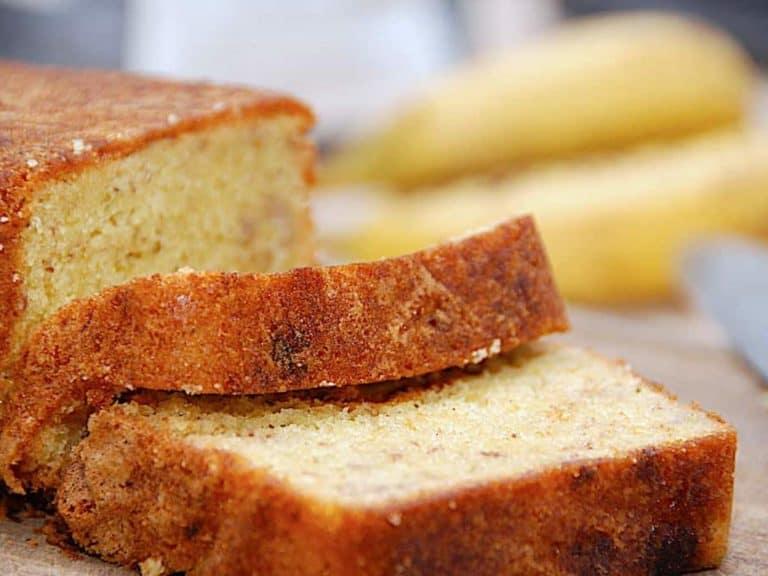 En lækker og svampet banankage, der laves modne bananer. En populær kage hos både børn og voksne. Foto: Holger Rørby Madsen, Madensverden.dk.
