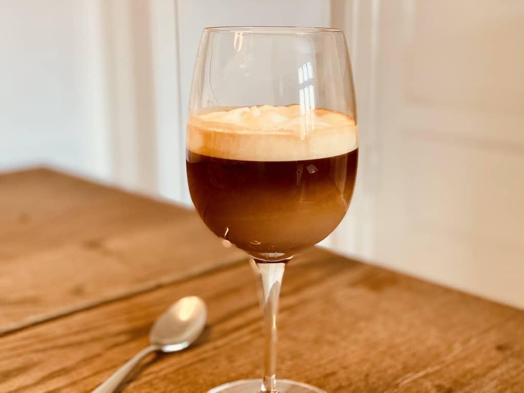 Bicerin et en italiensk varm kaffe-kakao drik med flødeskum på toppen. Server den i vinglas, så man kan se de tre lag og nyd den, når du har brug for lidt varme og forkælelse. Foto: Charlotte Mithril