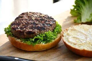burgerbøffer lægges på salaten i burgeren