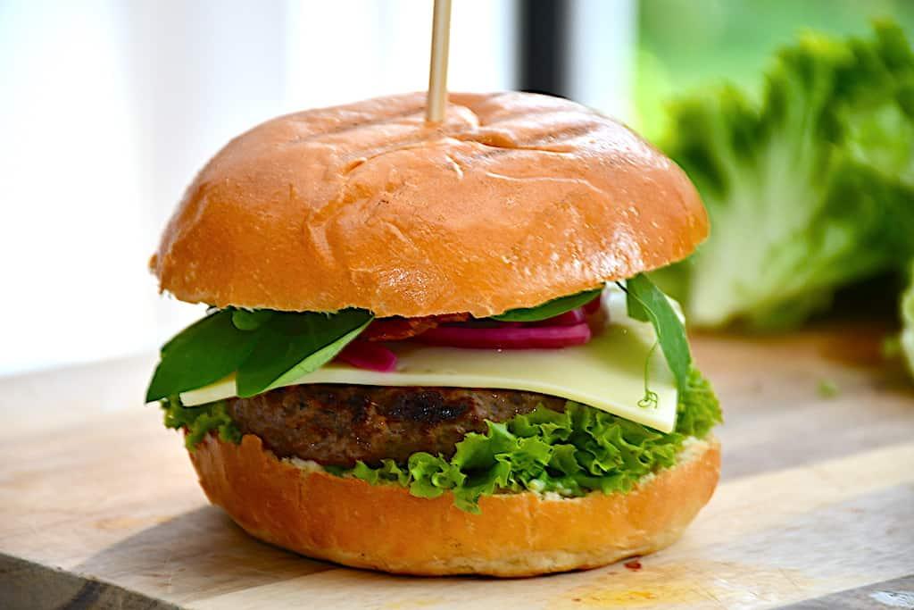stik en pind gennem burgeren og så er den klar til servering