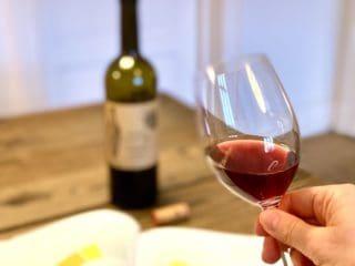Vinsmagning handler om at observere, dufte, smage og så samle alle disse sanseindtryk. Jo mere du gør det, jo bedre bliver du til at smage på vin. Foto: Charlotte Mithril