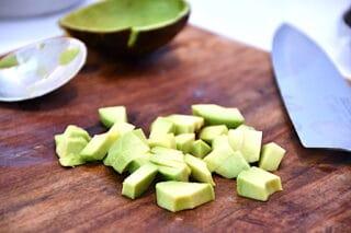 avocado skæres i mindre tern