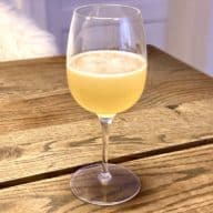 Du behøver ikke at have fancy cocktailglas eller en masse udstyr for at lave en lækker cocktail som denne klassiske daiquiri. Den kan sagtens serveres i et vinglas som her. Foto: Charlotte Mithril