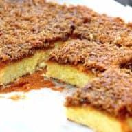 Drømmekage fra Brovst i Nordjylland er en dansk klassiker når vi taler kager. Med en lækker kokosmasse på toppen. Jeg laver drømmekagen med kærnemælk for at give kagen bedre holdbarhed. Foto: Holger Rørby Madsen, Madensverden.dk.