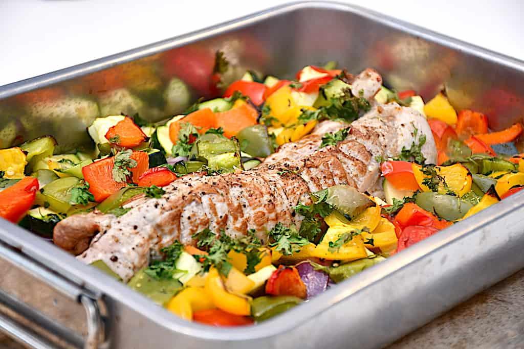 fedtfattig mørbrad med grøntsager i fad
