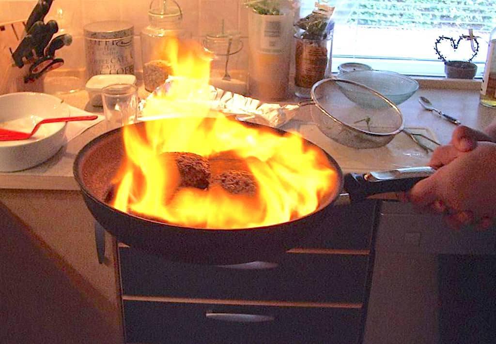 flamberede hakkedrenge med whisky sauce, pommes røsti og bønnesalat