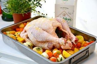 hel kylling i fad med tilbehør