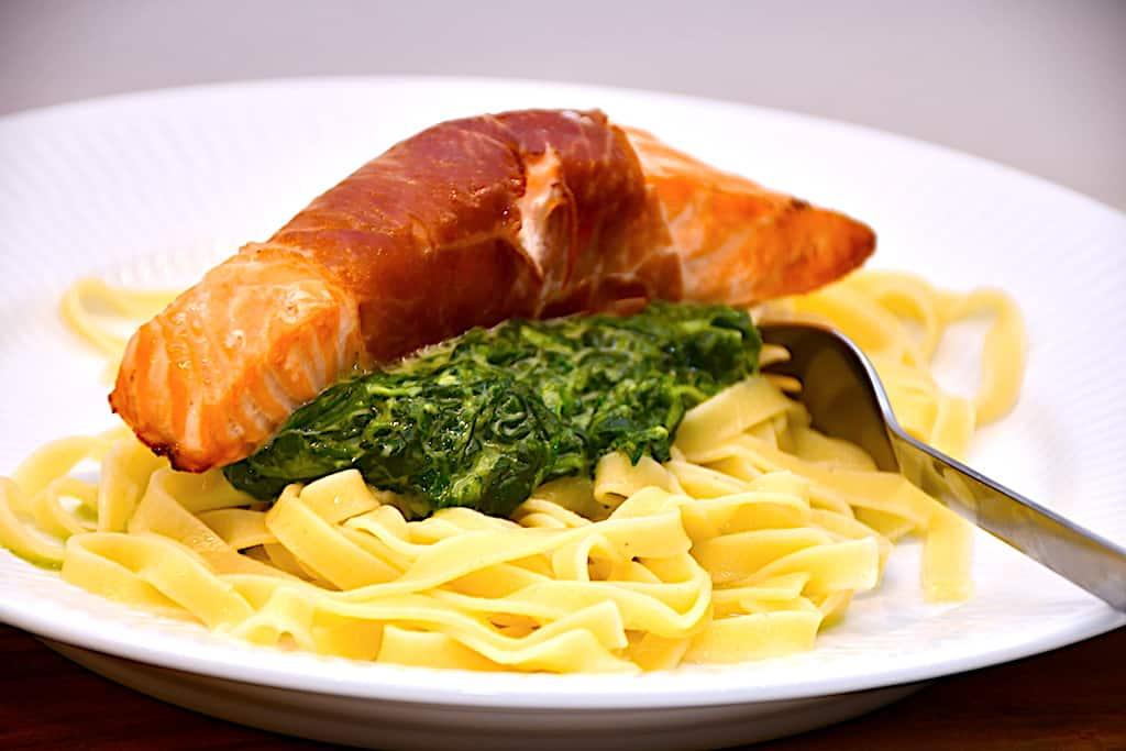 laks med parmaskinke, spinat og pasta