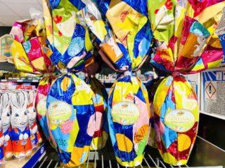 De store chokolade påskeæg til børn består af en tynd skal af chokolade. De kaldes ofte for flammeæg og kan kendes på den store farverige indpakning i knitrende folie. Foto: Charlotte Mithril
