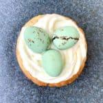 Disse påskemuffins dekoreret som små fuglereder med påskeæg er et kæmpe hit til påske. Rederne laves af den lækreste cremede flødeostfrosting, der smager skønt til de friske citronmuffins. Foto: Charlotte Mithril