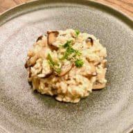 Risotto med svampe smager fantastisk med parmesan og frisk persille. Vælg gode råvarer og de svampe, du har lyst til, så de får den helt rigtige smag. Foto: Charlotte Mithril