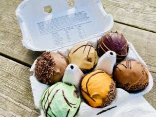 Sådan ser Danmarks bedste romkugler fra Nørre Aaby ud. De fås i dag med forskellig smag som for eksempel kaffe, mint og appelsin og sælges i en karakteristisk æggebakke. Foto: Charlotte Mithril