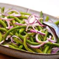 salat med grønne bønner og rødløg