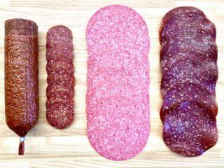Der findes mange forskellige slags spegepølser – her er det henholdsvis Øgo oksesalami med peber, 3-stjernet salami og Aalbæk øko okse salami (fra venstre mod højre). Foto: Charlotte Mithril