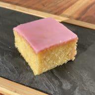 En Tottenhamkage består af en lys sponge cake med lyserød glasur og har altså ikke meget med fodbold at gøre. Foto: Charlotte Mithril
