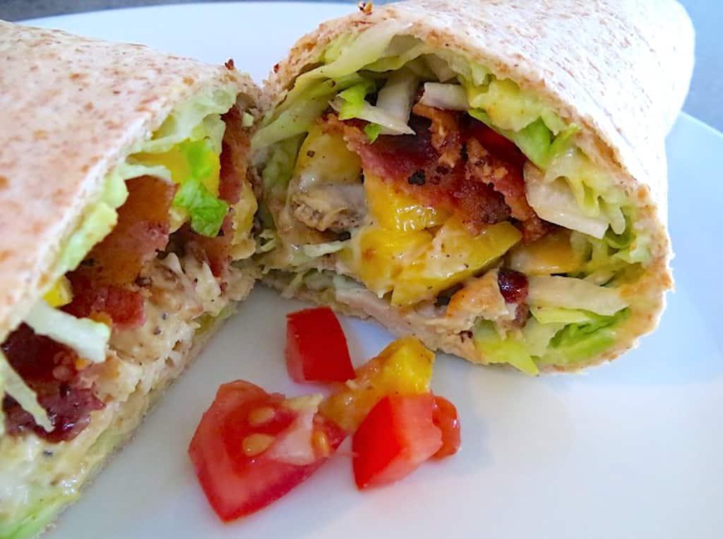 wraps med kylling, avocado, bacon og mango rullet