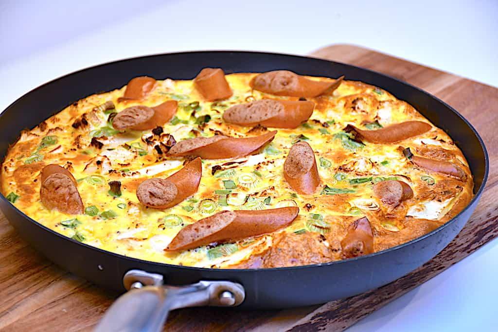 æggekage med blomkål, forårsløg og pølser