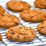 amerikanske cookies med peanuts og chokolade