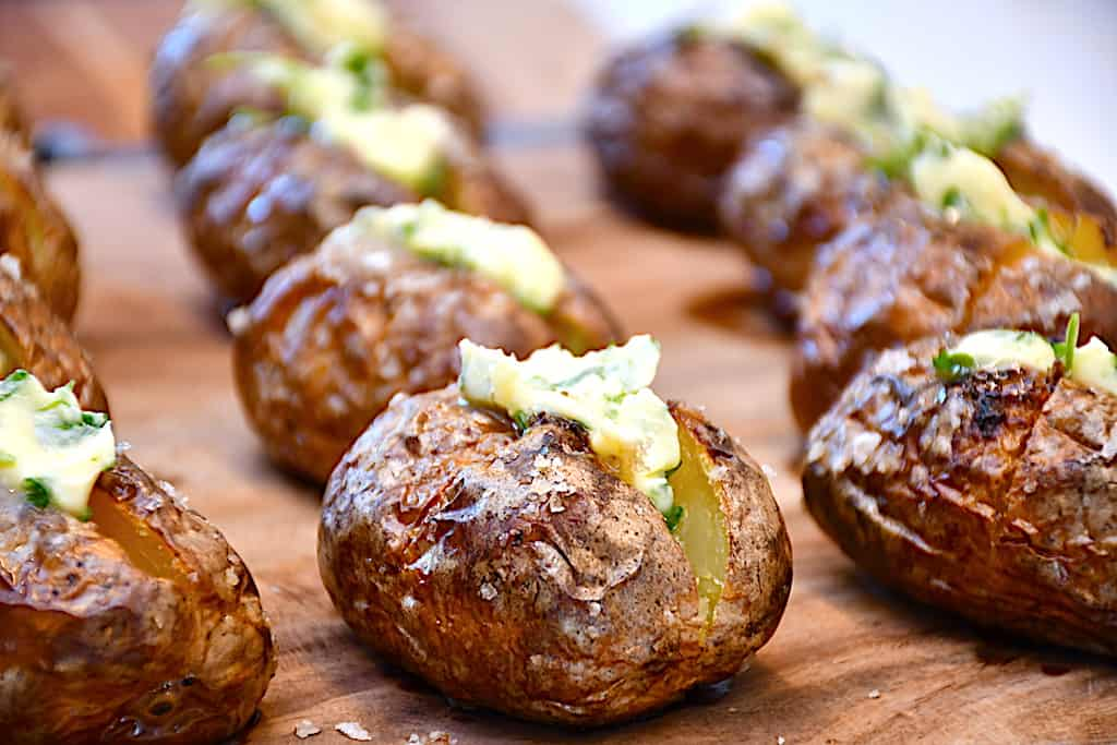 bagte kartofler på grill med hvidløgssmør