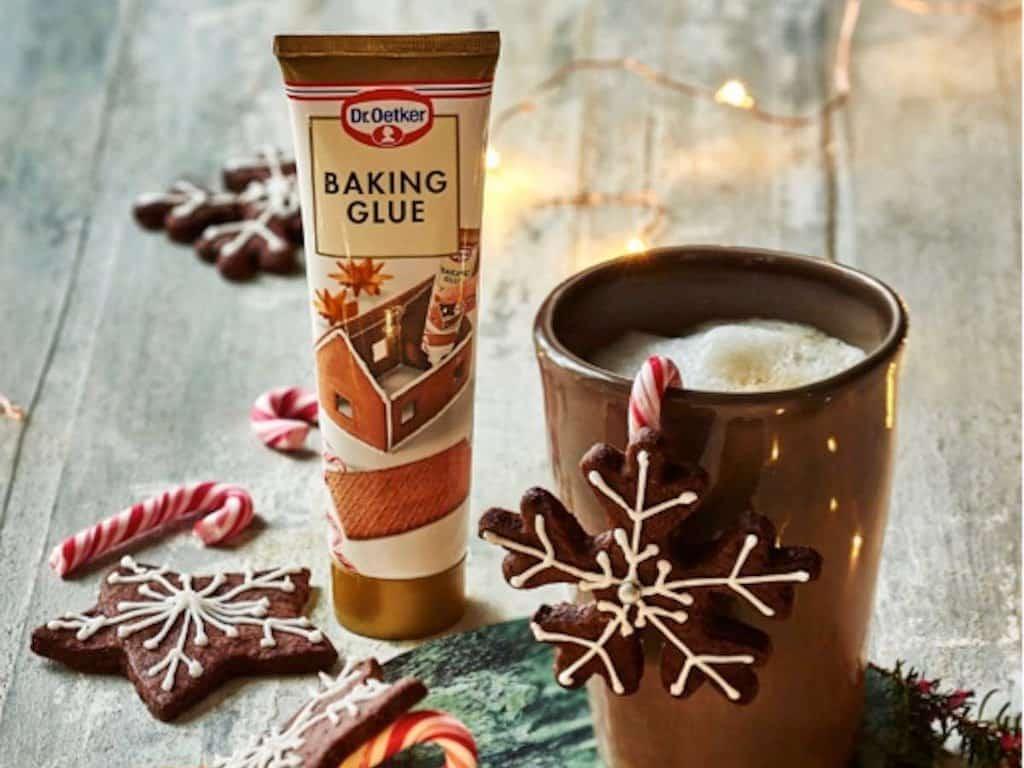 Baking glue fås færdiglavet på tube som denne fra Dr. Oetker. Det er særligt populært til julens honningkagehus, men kan også bruges til at lime fondant eller marcipan på kager.