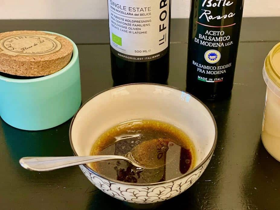 Balsamicodressing er lynhurtig at lave og kræver kun disse ingredienser: Balsamicoeddike, olivenolie, honning, salt og peber. Rør sammen og den er klar. Foto: Charlotte Mithril