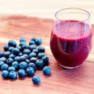Denne blåbærsmoothie er lavet med frosne, nordiske blåbær og har derfor en mørk og intens farve. Den kan også sagtens laves med friske blåbær. Foto: Charlotte Mithril