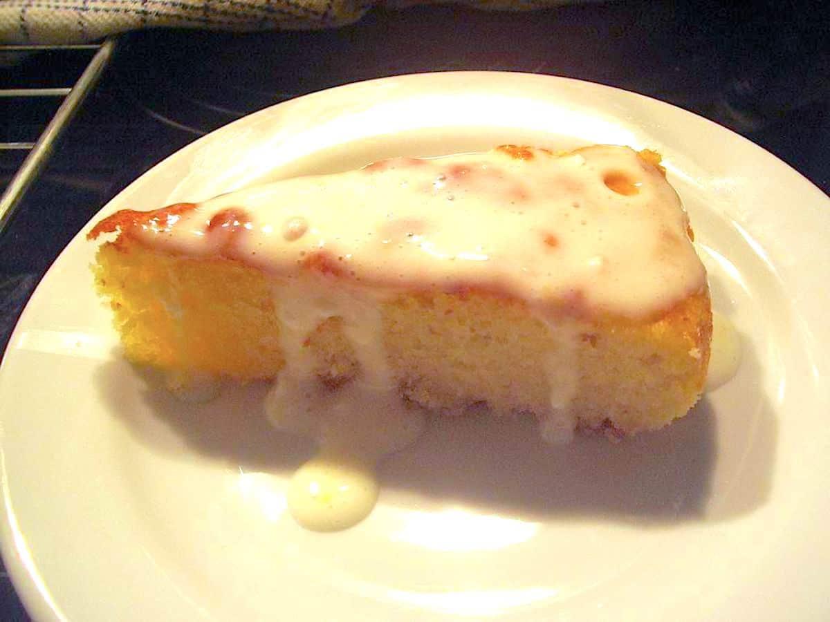 Lagkagehusets citronmåne med marcipan og flødeostecreme er en lækker kage, der også er nem at bage. Foto: Newyorker By Heart, Madensverden.dk.