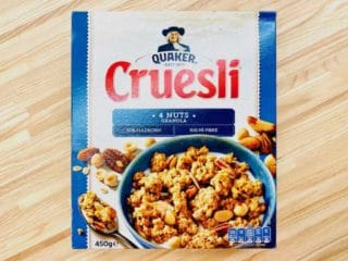 Cruesli fås i forskellige varianter som Dark Chocolate, Raisins, Cookies & cream eller 4 Nuts som vist her. Indholdet er lidt forskelligt, men de indeholder generelt meget sukker og fedt. Foto: Charlotte Mithril