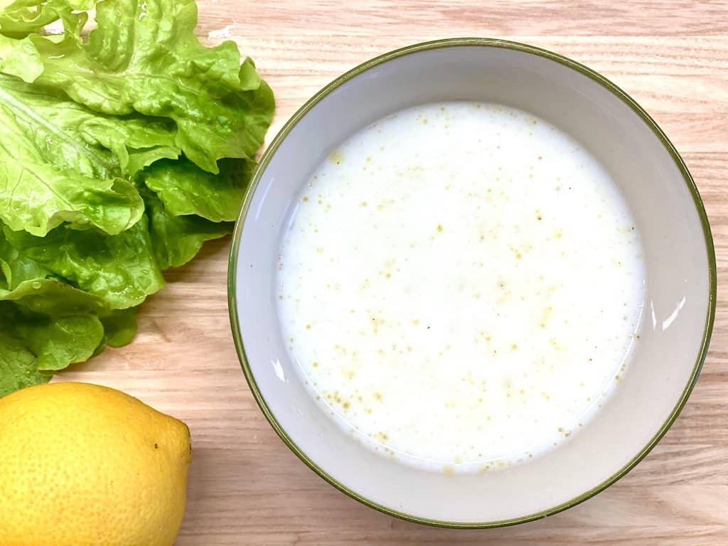 Kærnemælksdressing smager fantastisk og kan røres sammen på et øjeblik. Brug den som en let og moderne version af mormordressing til for eksempel sprøde salater og kål. Foto: Charlotte Mithril