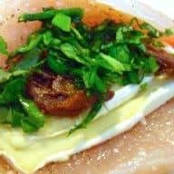 Kyllingefilet med italiensk fyld, citronkartofler og rødvinssauce