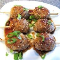 Kyllingesticks med glaze a la Sticks 'n' Sushi er lækker mad, som du laver med hakket kylling. Derefter dryppes de med den lækre teriyaki glaze. Foto: Newyorker By Heart, Madensverden.dk.