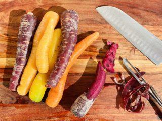 Ud over de almindelige orange kan man også få hvide, gule og lilla gulerødder. Den lilla gulerod giver en flot farve til din mad og er rig på sunde anthocyaniner. Foto: Charlotte Mithril