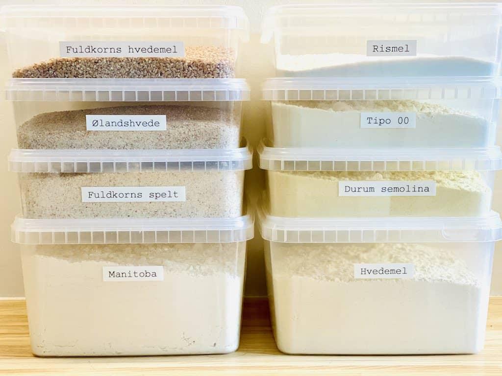 Opbevaring af mel, sukker, ris og gryn gøres nemt i for eksempel condibøtter af plast med låg som her. De kan let stables og skaber plads og overblik i køkkenet. Foto: Charlotte Mithril