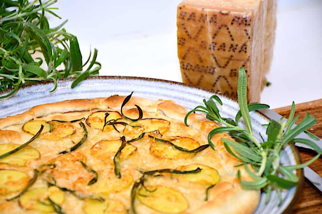 pizza med kartofler, rosmarin og Grana Padano