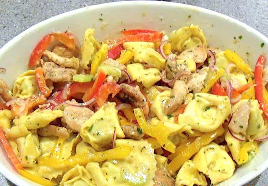 tortellini salat med kylling og peberfrugt