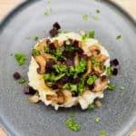 Vegetarisk brændende kærlighed laves her med gyldenristede løg, stegte svampe, rødbeder i tern og persilledrys på toppen. Husk at bruge tid på at smage til. Foto: Charlotte Mithril
