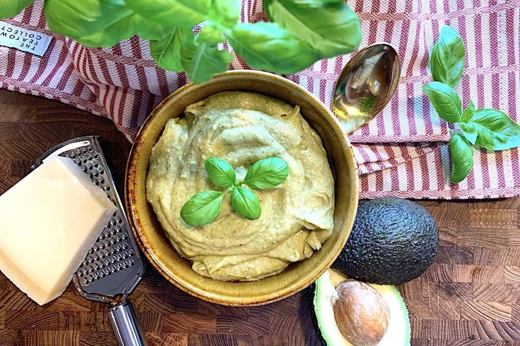 avocadopesto anrettet i en skål