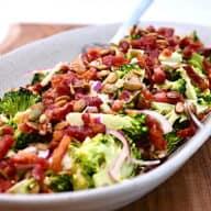 En lækker og sund broccolisalat med blandt andet bacon og ristede græskarkerner. Denne salat med broccoli er god som tilbehør - eller brug den som en nem ret sammen med groft brød. Foto: Katrine Rørby Madsen, Madensverden.dk.