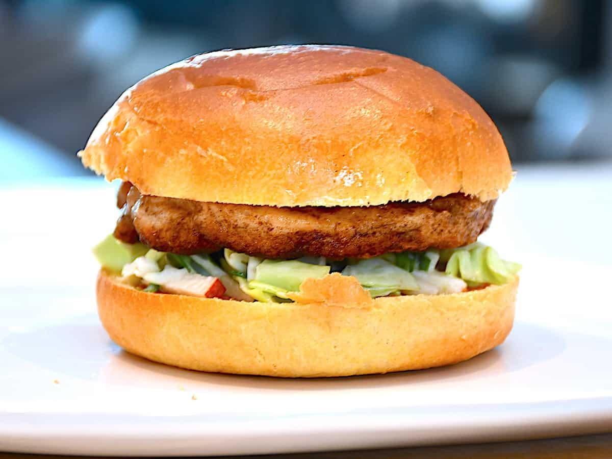 En lækker og velsmagende burger med spidskål og kylling. Det er en sund burger med spidskålssalat, krydret kyllingebøf og en dejlig BBQ-sauce. Foto: Holger Rørby Madsen, Madensverden.dk.