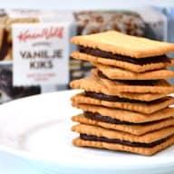 Sprøde og hjemmelavede chokoladekiks med Nutella creme. Kiksene er nemme at lave, og opbevares i en lufttæt beholder. Foto: Holger Rørby Madsen, Madensverden.dk.