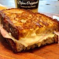 Croque monsieur er fransk klassiker, hvor et godt hvedebrød lægges sammen om en ostecreme, skinke og dijonsennep og smørsteges på panden. Foto: Charlotte Mithril