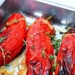 Fyldt snackpeber med lækker kyllingefars er god aftensmad med masser af smag. Til de fyldte peberfrugter kan du eksempelvis servere en bulgursalat. Foto: Holger Rørby Madsen, Madensverden.dk.