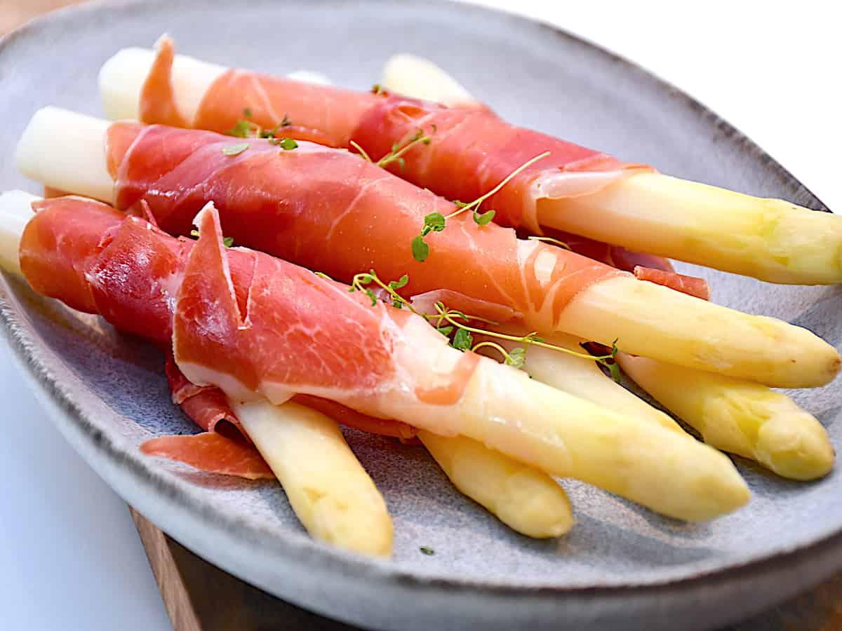 Nemme og grillede hvide asparges med serrano skinke, der smager fortrinligt som tilbehør. De hvide asparges tager heller ikke lang tid at grille. Foto: Katrine Rørby Madsen, Madensverden.dk.