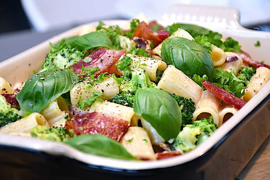 En nem italiensk pastaret med broccoli, asparges og bacon, som hele familien vil elske. En meget lækker pastaret, der heller ikke tager lang tid at lave. Foto: Holger Rørby Madsen, Madensverden.dk.