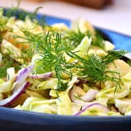 Kartoffelsalat med spidskål, dild og mayodressing er en rigtig sommersalat, som blandt andet er god at servere til grillet kød. Kartoffelsalaten er nem at lave, og den er mild i smagen. Foto: Holger Rørby Madsen, Madensverden.dk.