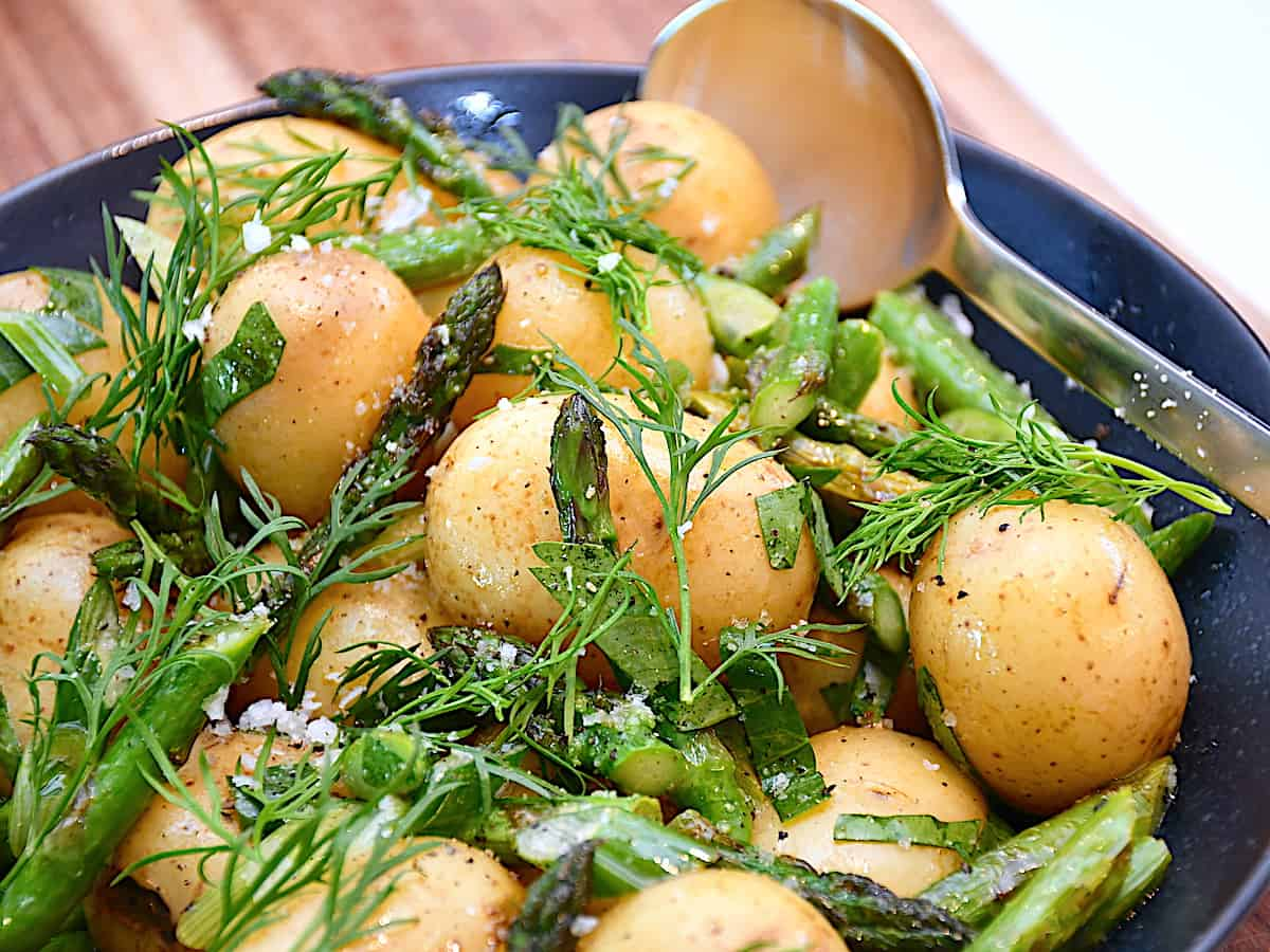 Kartofler med dild og grønne asparges er sundt og velsmagende tilbehør til de fleste kødretter. Eller nyd kartoffelretten som den er. Foto: Holger Rørby Madsen, Madensverden.dk.