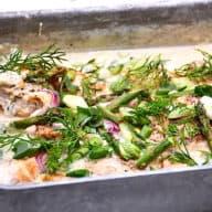 Kylling med asparges er skøn aftensmad, som du nemt laver i fad. I fadet er der også spinat, rødløg og dild. Serveres gerne med kartofler. Foto: Holger Rørby Madsen, Madensverden.dk.