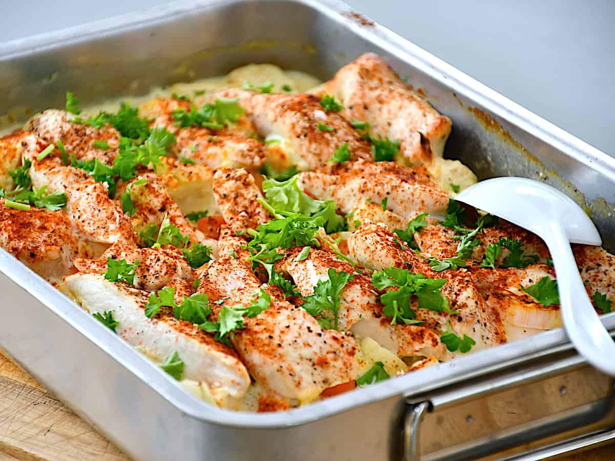 Kylling med blomkål i fad er en nem ret, hvor du også kommer porrer og gulerødder i fadet sammen med fløde og bouillon. Retten kan nydes som den er, eller serveres med ris eller pasta. Foto: Holger Rørby Madsen, Madensverden.dk.