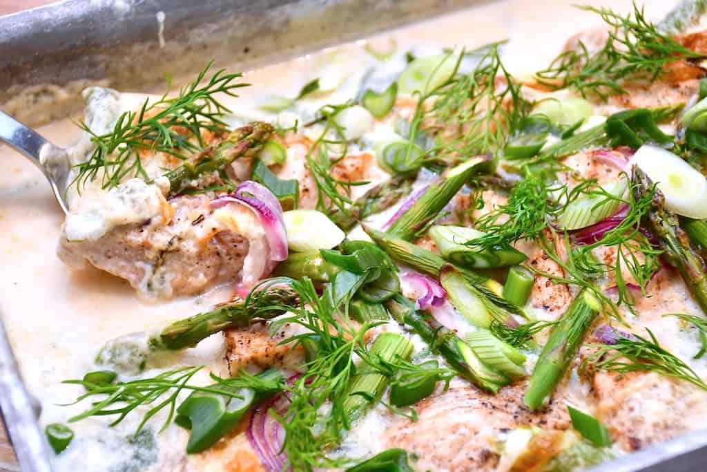 Madplan uge 21 består blandt andet af denne lækre kylling med asparges. Foto: Holger Rørby Madsen, Madens Verden.