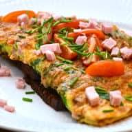 Omelet med skinke og spinat er en lækker omelet, der er god til såvel frokost som aftensmad. God, fyldig og velsmagende, og her serveret på rugbrød. Foto: Katrine Rørby Madsen, Madensverden.dk.